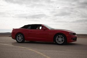Ford Mustang en la pista de carreras y en las carreteras del desierto. foto