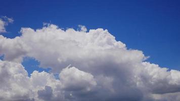 wolken stroomden snel tegen de heldere blauwe lucht video