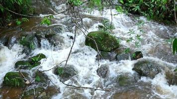 Le ruisseau de la rivière coule sur les rochers pendant la saison des pluies. video
