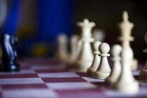 estrategia jugando al ajedrez foto
