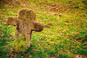 El cristianismo, religión, símbolo, cruz de piedra, en, cementerio foto