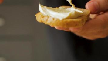 toast freschi con avocado e pomodori su tavola di legno video