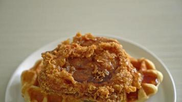 pollo frito y waffles con sirope de arce video