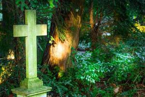 cruz de piedra en el cementerio foto