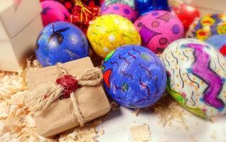 coloridos huevos de pascua pascual y caja de regalo foto
