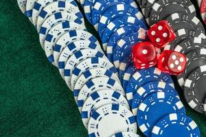 Juego de dados rojos y monedas de dinero de casino. foto