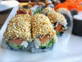 sushi de mariscos tradicional de japón foto