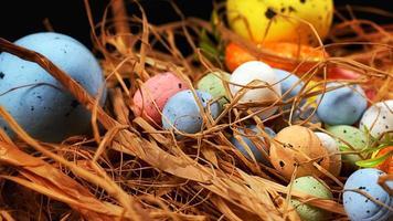 coloridos huevos pascuales tradicionales de pascua foto