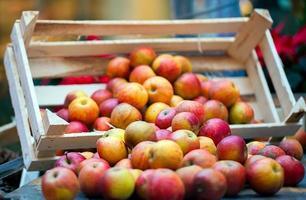 Manzanas de frutas orgánicas frescas en el bazar. foto