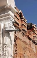 Estatua de la diosa egipcia en la bazílica roja de Bergama en Turquía foto