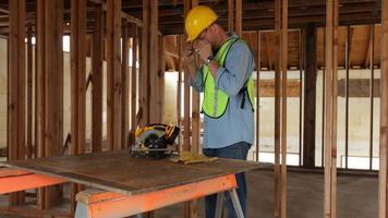 trabajador de la construcción preparándose para cortar video