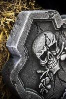 cráneo de símbolo de halloween de miedo en la lápida foto