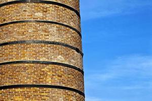 Chimenea de edificio de fábrica de piedra de ladrillo foto