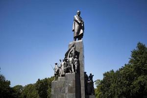 el monumento a taras shevchenko en la calle sumskaya foto