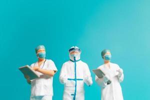 Personas en miniatura un oficial médico con uniforme de protección. foto