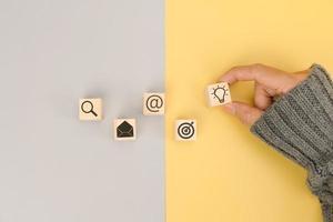 hombre de negocios, mano, arreglar, madera, bloque, con, icono, idea de negocio foto