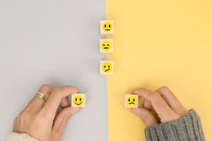 La mano del cliente elige la emoción para la retroalimentación en los negocios. foto