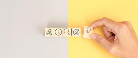 empresario elige iconos de idea de emoticonos. concepto de idea de negocio foto