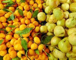 fruta fresca y jugosa mandarina y pera foto