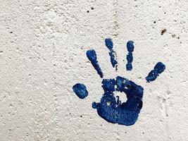 Graffiti grunge forma de símbolo de la mano en la pared de piedra foto
