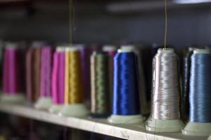 rodillo de tejido de fibra en bobina e hilo de cuerdas ligeras foto