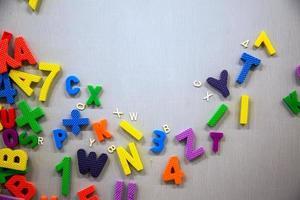 números de plástico y palabras colgadas a bordo. foto