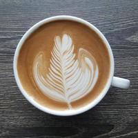 Vista superior de una taza de café latte art. foto