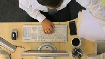 Timelapse prise de vue aérienne d'un homme d'affaires travaillant au bureau video