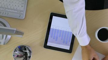 Timelapse prise de vue aérienne d'un homme d'affaires à l'aide d'une tablette numérique video