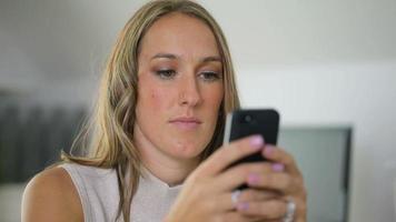 femme affaires, utilisation, téléphone portable, dans, bureau video