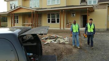 Los trabajadores de la construcción cargan el camión con herramientas. video