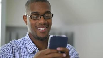 homme affaires, utilisation, téléphone portable, dans, bureau video