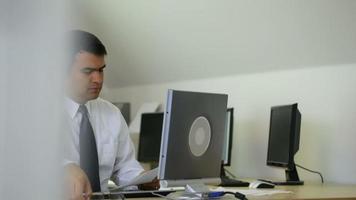 tir de timelapse d'homme d'affaires travaillant au bureau video