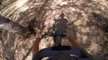 photo d'action pov d'un homme faisant du vélo de montagne video