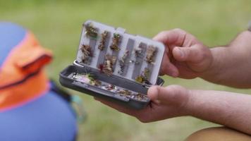 pescador com mosca selecionando uma mosca video