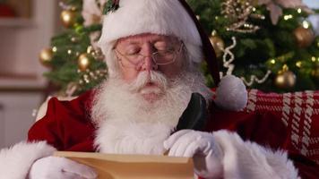 närbild, jultomten som skriver på listan video