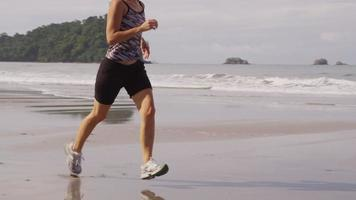 corriendo en la playa. video