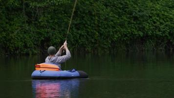 pescador com mosca cambaleando em peixes video