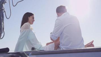 ungt par sitter på segelbåt tillsammans. video