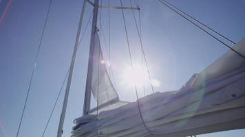 segel på båt är upphöjd. video