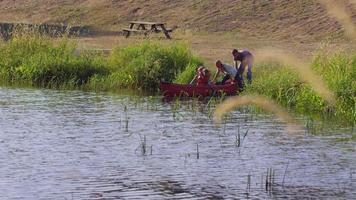 Family getting into canoe video