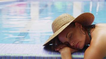 kvinna som ligger vid poolen. sköt på röd epos video