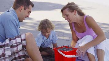 familj på stranden video