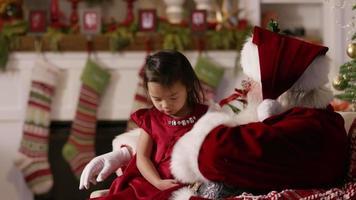 jultomten öppnar en gåva med ung flicka video