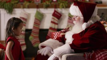 liten flicka sitter med jultomten video