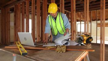 trabajador de la construcción usa computadora portátil video