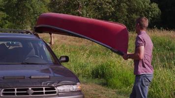 Famille déchargeant le canot de la voiture video