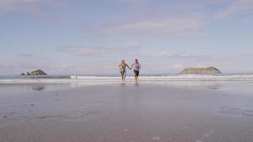 coppia in esecuzione sulla spiaggia, rallentatore, costa rica. video