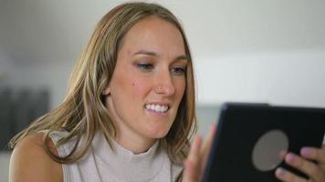 femme utilisant une tablette numérique au bureau video