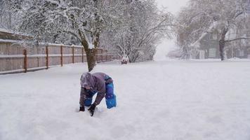 ragazzo che lancia neve in inverno video